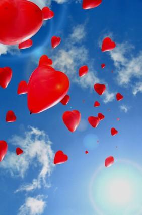 Gas Ballon Herzen am Himmel