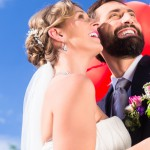 Bunte Luftballons zur Hochzeit steigen lassen