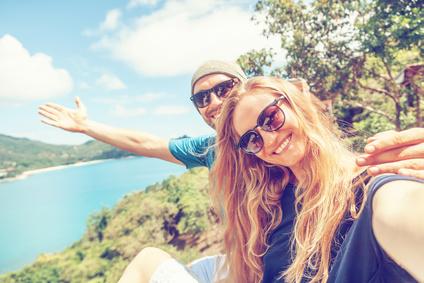 Junges Ehepaar genießt Flitterwochen