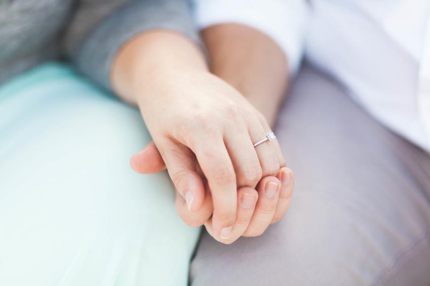 Verlobungsring an welcher Hand tragen?
